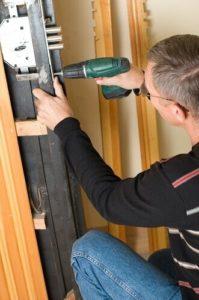 תיקון דלת בקריות על ידי אומן המפתח