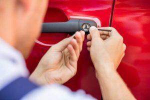 אומן המפתח פורץ רכב אדום בקריות