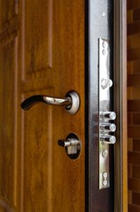 דלת לאחר שיפוץ וציפוי על ידי אומן המפתח