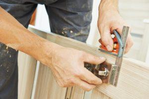 שיפוץ וציפוי דלת פלדלת על ידי אומן המפתח