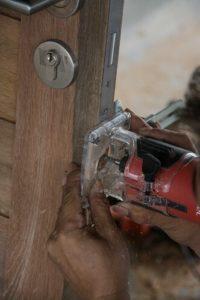 שיוף תיקון ושיפוץ דלת בבית פרטי בחיפה על ידי אומן המפתח